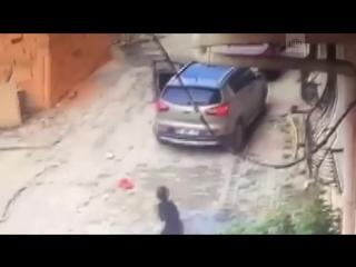 Мальчик выжил после того, как его переехала машина