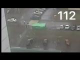 Камера сняла на видео, как ребенка придавило упавшими от ветра мусорными баками в Москве