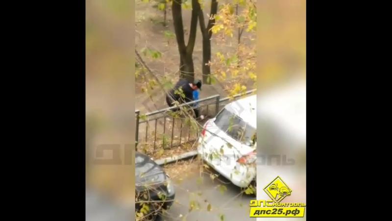 Один из бдительных жителей города снял на камеру телефона странные манипуляции неизвестного мужчины в сквере на Суханова. По мне
