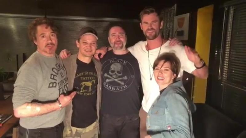 Роберт, Джереми Реннер, Крис Хемсворт и Скарлетт Йоханссон набили татуировки в честь окончания съемок в «Мстителях»