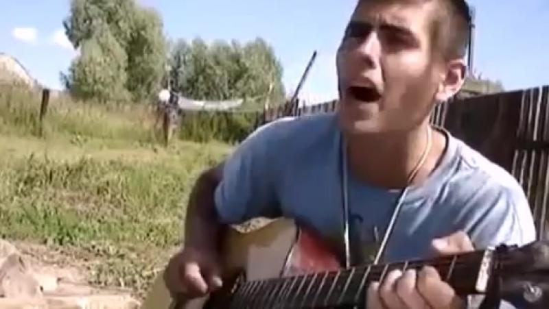 Парень очень красиво играет на гитаре и поет песню Я помню только боль