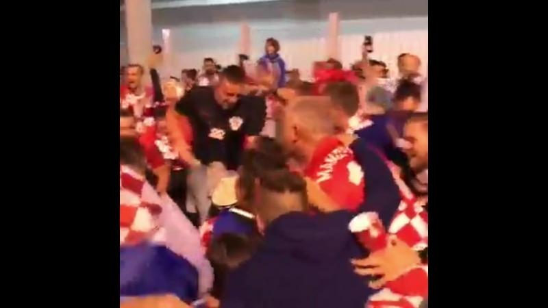 Хорватские болельщики праздную победу