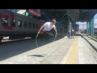 Трюкач со скакалкой на самарском ж/д вокзале.