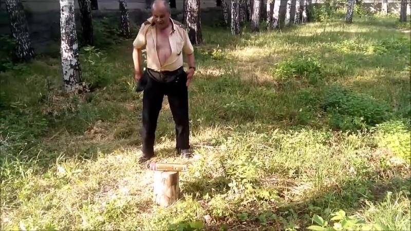 Шурик разрубает баллон монтажной пены топором.mp4