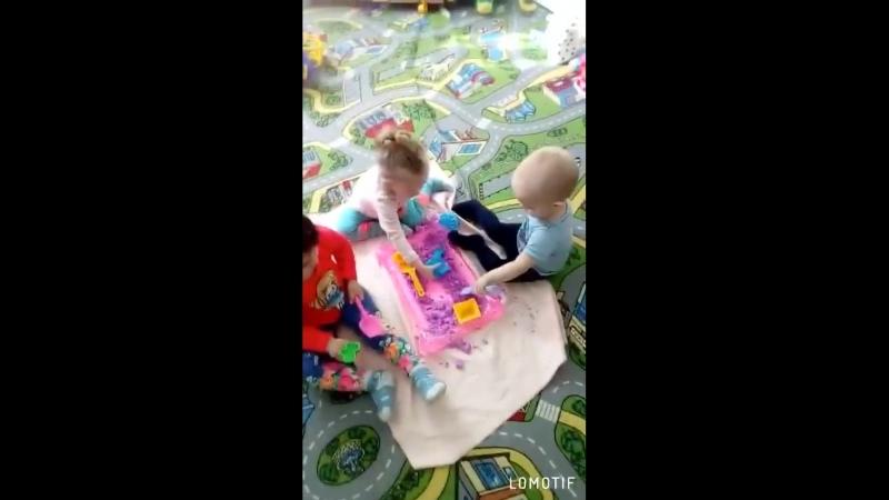 Детки играют с песком)