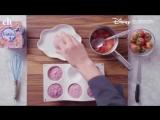 готовить легкий и полезный десерт — йогуртовую панна-котту с клубничным вареньем,