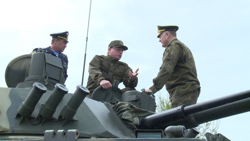 Глава Омской области Александр Бурков вспомнил навыки вождения бронетехники