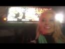 Anikka Albrite горячая порнозвезда показывает свой плакат для AVN Awards на улице