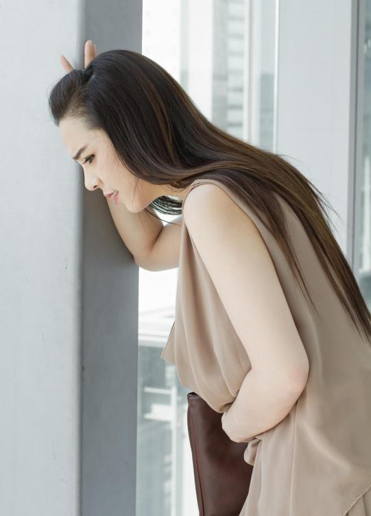Проглатывание гиалуроновой кислоты в избыточных количествах связано с дискомфортом в желудке.