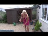 Молодая сексуальная мамка в красном платье наводит порядок во дворе дома не стыдятся соседа [milf, mature, милф, мамки]