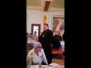Священник поет «Мурку» в трапезной московского храма