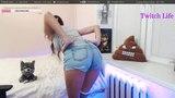 Стримерша показывает грудь и попу на стриме / Streamer shows boobs and ass on the stream