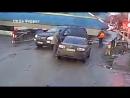 За секунду до... Под Киевом на переезде поезд едва не снёс со своего пути Mercedes