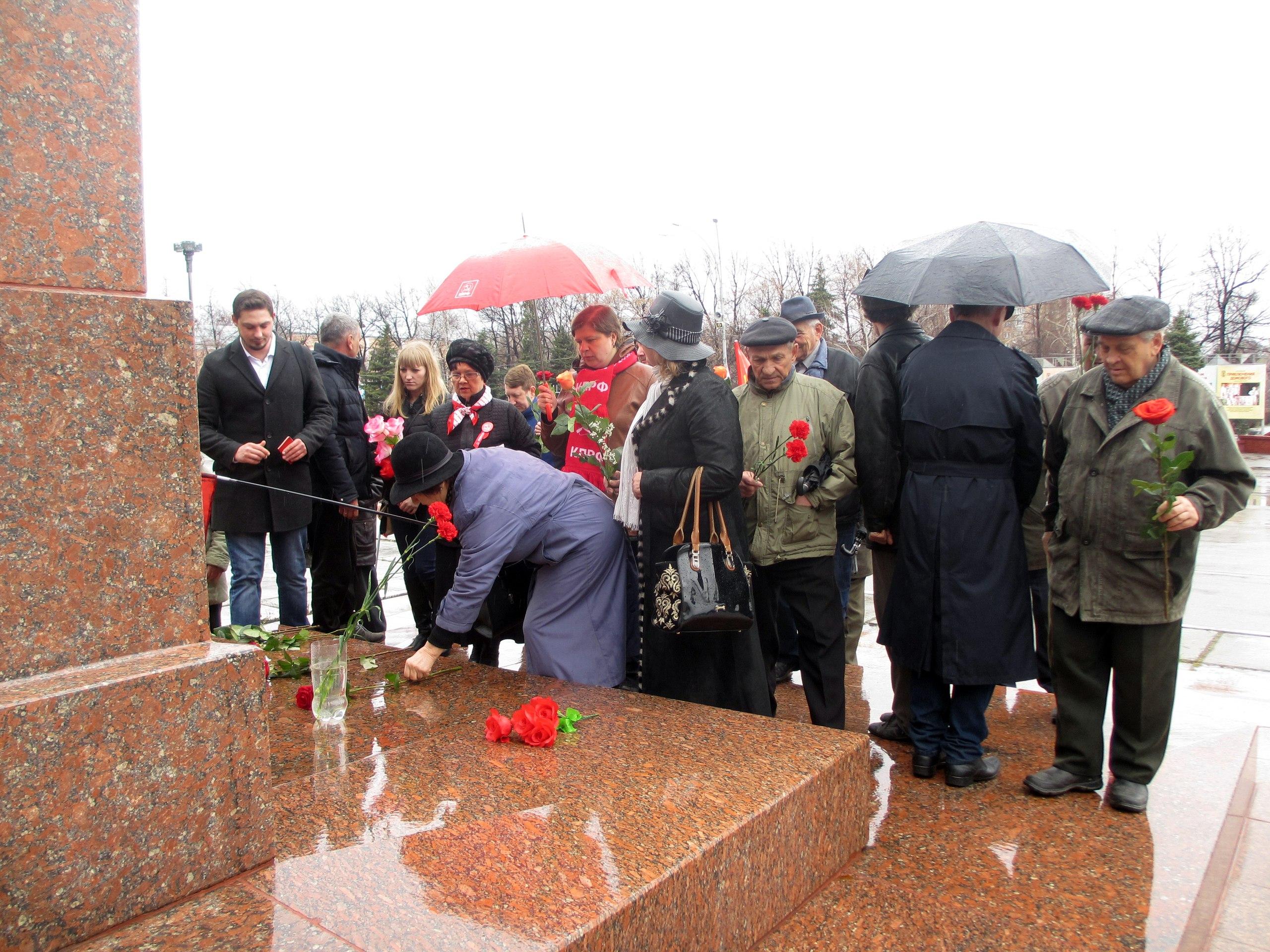 Цветы к памятнику Ленина Сызрань