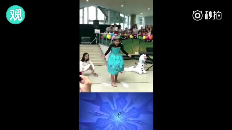 Девочки очаровательно подражают Эльзе в эпизоде из мультфильма «Холодное сердце»