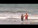 Banhista ignora risco e entra no mar na praia de piedade PE