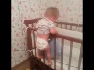 Он позаботился о сестренке - принес ей одеяло!