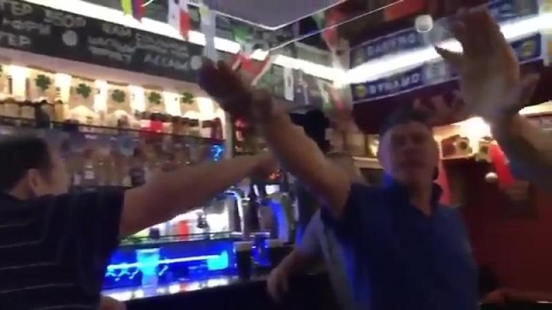 Британские фанаты кидают зигу и поют песню про Освенцим