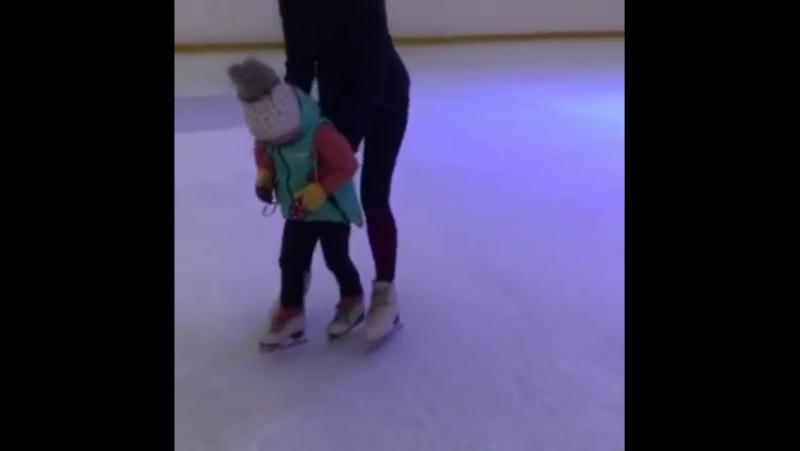 Первые шаги Симоны на льду