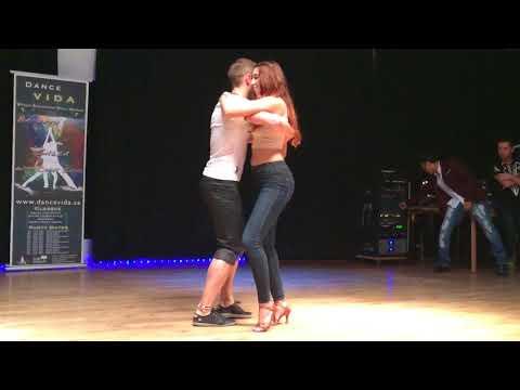 Девушка танцует с парнем_всё супер