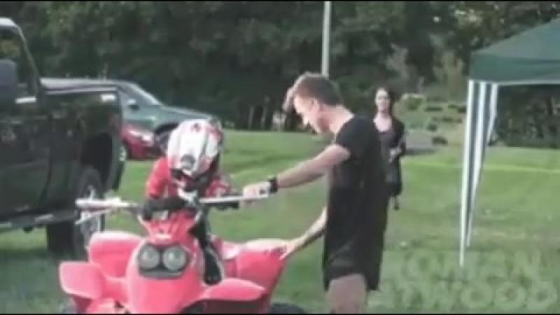 Мужик жестит, у девушки, наверное, чуть инфаркт не слусился ➖ПОДПИСЫВАЙСЯ ➖👆 📸Присылай свои фотографии и видосы в директ мотока