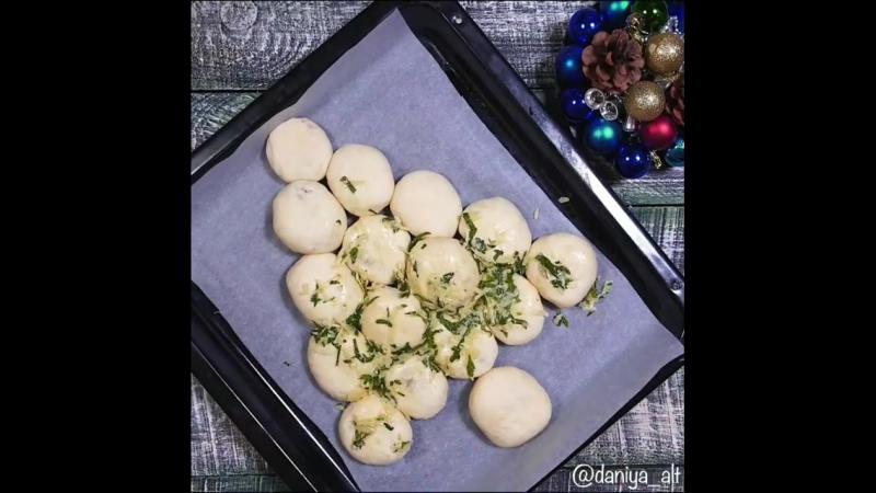 Булочки с мясом и сыром оформленные в виде ёлочки