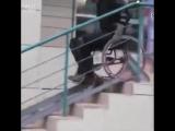 Каскадёр тестирует пандусы для инвалидов