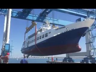 """В Анапе при спуске теплохода """"Горгиппия"""" на воду, не выдержал кран, и судно едва не перевернулось."""