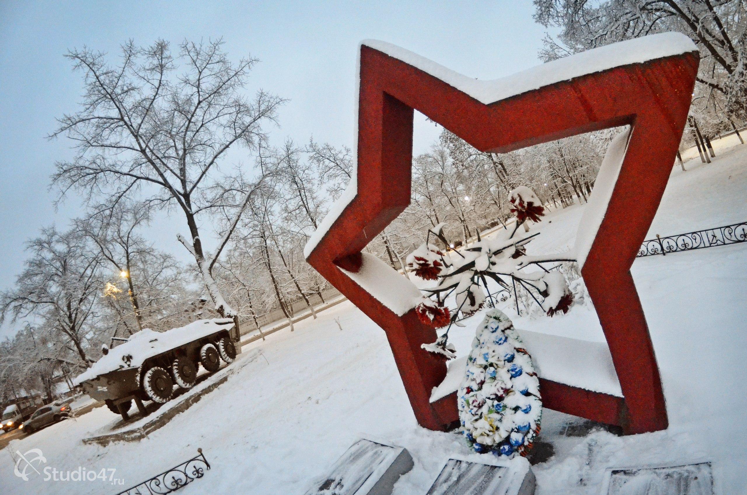 Памятник воинам-интернационалистам и БТР