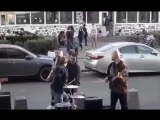 В Москве пьяный мужик решил доебаться до уличных музыкантов, в итоге ударник вдарил ему по еблу