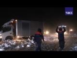 Как МЧС освобождало автоколонну из снежного заноса