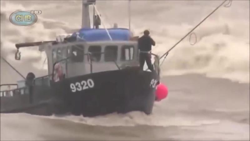 Большие корабли в шторм в Океане. Гигантские волны монстры.