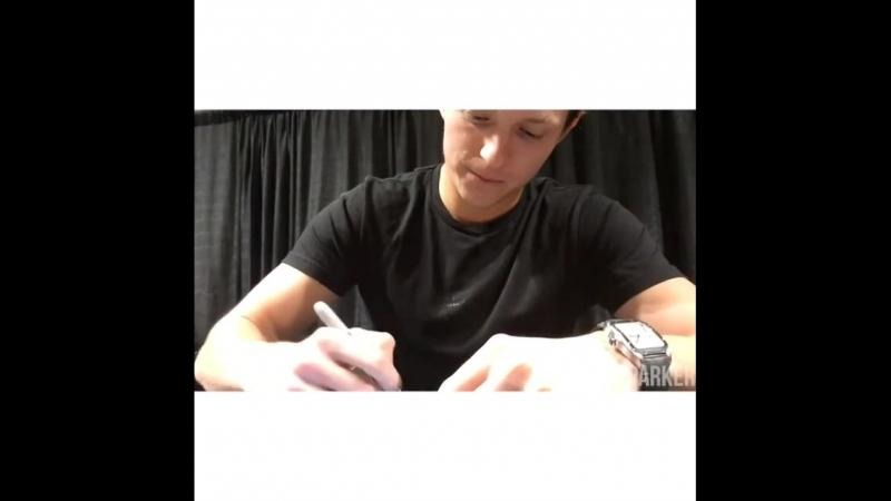 Раздает автографы на фестивале «ACE Comic Con», Сиэтл (23 июня 2018 года)