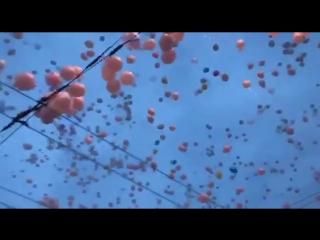 Сотни шаров выпустили в небо у