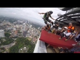 Скейтеры прыгают с крыши небоскрёба