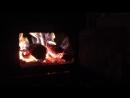 Огонь горит в печке бани. Я сижу и смотрю на него