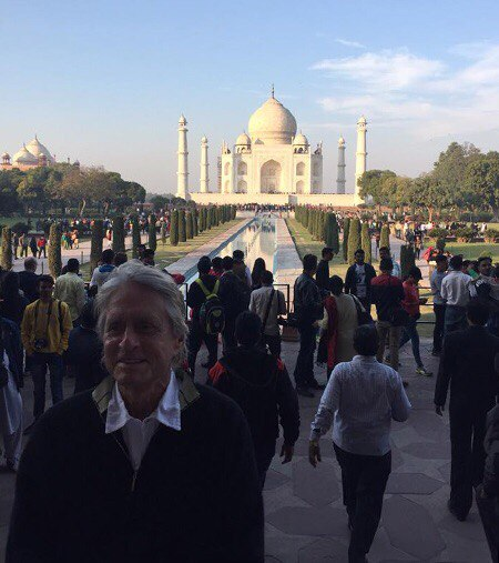 На днях Кэтрин Зета-Джонс и Майкл Дуглас с детьми - 17-летним Диланом и 14-летней Кэрис - прилетели в Индию.