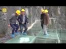 Рабочие с помощью кувалд испытывают на прочность новый стеклянный мост в горах Китая