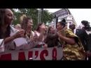 Рианна приветствует фанатов на премьере «Oceans 8», Лондон 13.06.2018