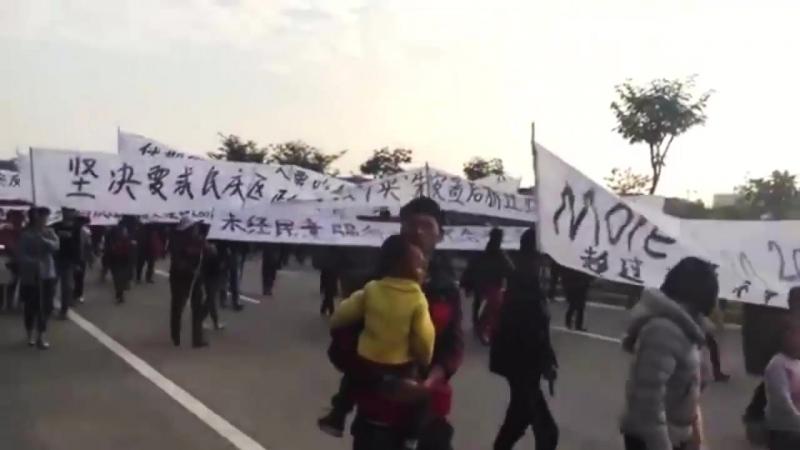 广西南宁反对暴力拆迁大游行中使用中英双语条幅,让世界看的更清楚(零点时刻 2018.01.03)