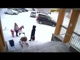 В Мурманской области дочка спасла маму от лавины с крыши администрации