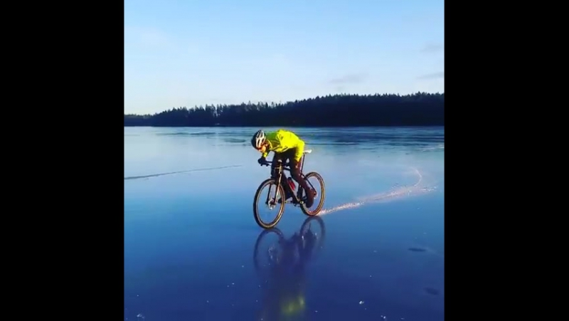 На велосипеде по замёрзшему озеру Меларен в провинции Вестманланд (Швеция, 27 декабря 2017 года).
