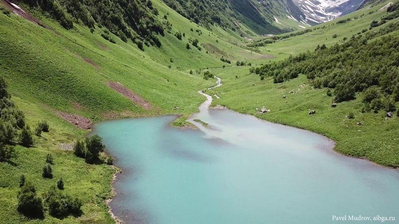 Озеро Ачипста в Кавказском заповеднике в 4К. Russian mountain lake in 4K.