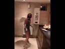 Чем занимаются девушки в туалете?
