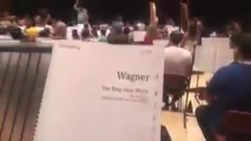 Забавный фэйл на концерте от перестаравшегося музыканта