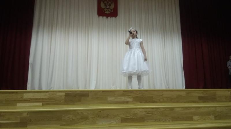 Зоя выступает на концерте с первой песней
