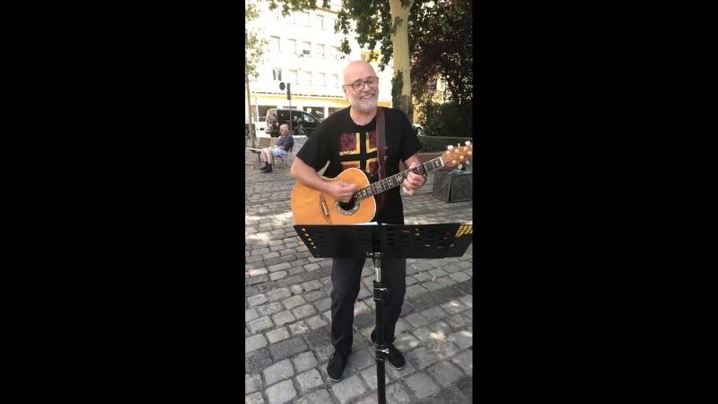 Der Barde des Widerstands Ernst Cran als Straßenmusiker auf dem Nürnberger Bardentreffen 2018