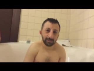 Абу принимает ванну