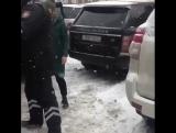 В Сети появилось видео, где мужчина устроил потасовку с сотрудником алматинской полиции.