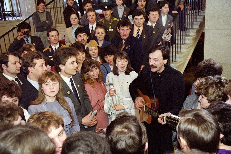 Михаил Боярский среди делегатов ВЛКСМ в перерыве между заседаниями, 1987 год.